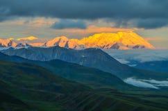 Sonnenaufgangansicht des Bergs Denali - Spitze mt McKinley mit alpenglow während der goldenen Stunde von der steinigen Haube über stockfotos