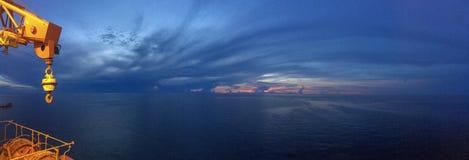 Sonnenaufgangansicht von der Offshoreanlage stockfoto