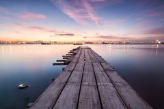 Sonnenaufgangansicht von einer Holzbrücke Stockfotos