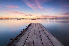 Sonnenaufgangansicht von einer Holzbrücke Lizenzfreies Stockfoto