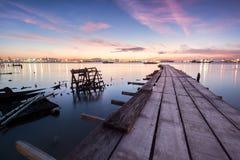 Sonnenaufgangansicht von einer Holzbrücke mit defektem Boot Lizenzfreie Stockfotografie