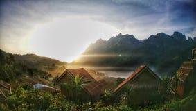 Sonnenaufgangansicht von meinem Raum im Bauerndorf stockfotografie