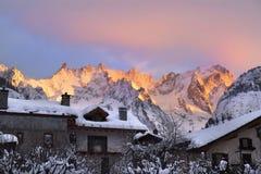 Sonnenaufgangberge im Skiort Courmayeur lizenzfreie stockbilder