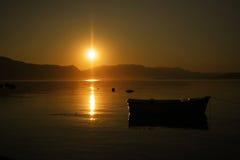 Sonnenaufgangboot stockbilder