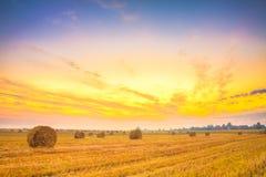 Sonnenaufgangfeld, Heuballen in Weißrussland. Lizenzfreies Stockbild