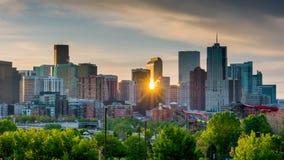 Sonnenaufgangflüchtige blicke durch die Skyline von Denver Stockbilder