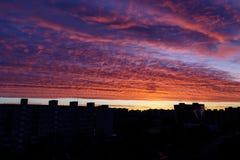 Sonnenaufganghimmel in der Stadt mit Gebäudeschattenzahl Lizenzfreie Stockfotos