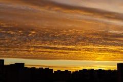 Sonnenaufganghimmel in der Stadt mit Gebäudeschattenzahl Stockfotos