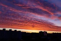 Sonnenaufganghimmel in der Stadt mit Gebäudeschattenzahl Lizenzfreies Stockfoto