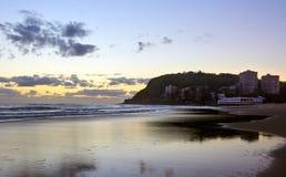Sonnenaufgangküstenansicht von Burleigh-Köpfen setzen auf den Strand stockfoto