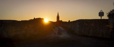 Sonnenaufgangkirchturm der Kirche und des Dorfs, Saint Emilion lizenzfreie stockbilder