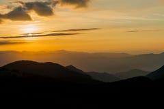Sonnenaufganglandschaft über Karpatenbergen Stockfoto