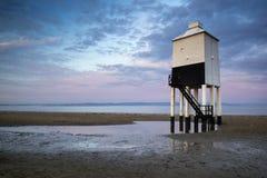 Sonnenaufganglandschaft des hölzernen Stelzenleuchtturmes auf Strand im Sommer Lizenzfreies Stockbild