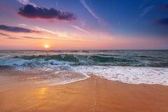 Sonnenaufganglicht auf Meereswogen Stockbilder
