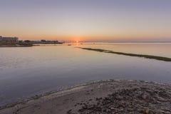 Sonnenaufgangluftmeerblickansicht von Olhao-Salzsumpf Einlass, Algarve Stockbilder