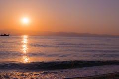 Sonnenaufgangmeer und -boot Stockfoto