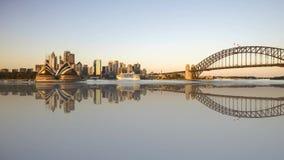 Sonnenaufgangnacht zur Tagesszene an den Sydney-Stadtskylinen mit Reflexionseffekt stock footage