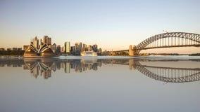 Sonnenaufgangnacht zur Tagesszene an den Sydney-Stadtskylinen mit Reflexionseffekt stock video