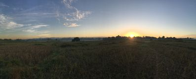 Sonnenaufgangpanorama am Ackerland Stockfotos