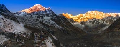 Sonnenaufgangpanoramablick des Bergs Annapurna stockfotografie