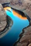Sonnenaufgangreflexion auf der Colorado-Oberfläche an der Kehre in Arizona Lizenzfreie Stockfotografie