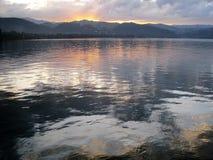 Sonnenaufgangreflexion auf See stockfoto