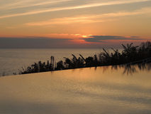 Sonnenaufgangreflexion auf zwei verschiedenen Wasserspiegel Lizenzfreie Stockfotos