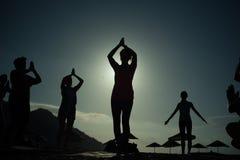 Sonnenaufgangschattenbild Yoga auf dem Strand die Türkei Stockfoto
