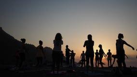 Sonnenaufgangschattenbild Yoga auf dem Strand die Türkei stock footage
