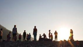 Sonnenaufgangschattenbild Yoga auf dem Strand die Türkei stock video