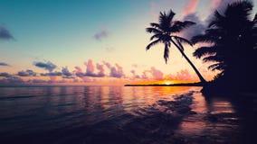 Sonnenaufgangseeansicht mit cloudscape und Tropeninsel setzen auf den Strand Erholungsort Punta Cana, Dominikanische Republik