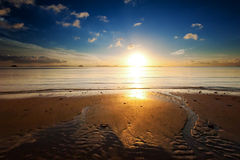 Sonnenaufgangseestrand-Himmellandschaft. Schöne Sonnenlichtreflexion Lizenzfreies Stockfoto
