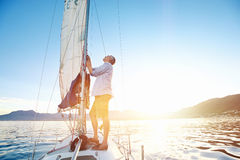 Sonnenaufgangsegelboot Lizenzfreies Stockfoto