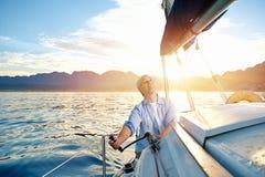 Sonnenaufgangsegelboot Lizenzfreie Stockfotografie
