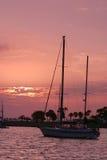 Sonnenaufgangsegelboot stockbilder
