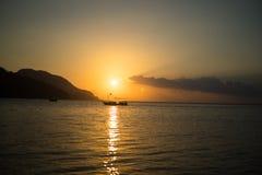 Sonnenaufgangsonne über Meer und Himmel die Türkei Stockfotos
