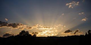 Sonnenaufgangsonnenstrahlen durch die Wolken vom Horizont, Fahne, Kopienraum, Tapete Stockbilder