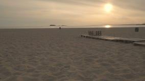 Sonnenaufgangsonnenuntergang über einer einsamen Flussseite des sandigen Strandes Weiche Farben stock video footage