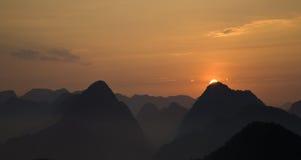 Sonnenaufgangspitzen stockbild