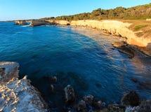 Sonnenaufgangstrand Spiaggia-della Punticeddha, Salento, Italien Stockfotografie
