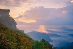 Sonnenaufgangszene mit der Spitze des Berges und des cloudscape Lizenzfreies Stockbild