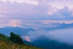 Sonnenaufgangszene mit der Spitze des Berges und des cloudscape Lizenzfreie Stockfotos