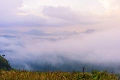 Sonnenaufgangszene mit der Spitze des Berges und des cloudscape Lizenzfreie Stockfotografie