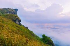 Sonnenaufgangszene mit der Spitze des Berges und des cloudscape Stockbild