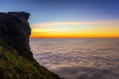 Sonnenaufgangszene mit der Spitze des Berges und des cloudscape bei Phu ch Stockbilder