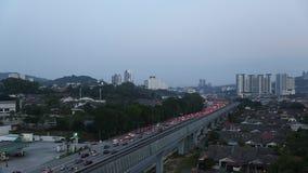 Sonnenaufgangverkehr auf hohe Art in Kuala Lumpur Unscharfe Daten von Autos und von Treiber stock video