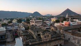 SonnenaufgangZeitspanne bei Pushkar, Rajasthan, Indien Tempel, Gebäude und ghats angesehen von oben stock video