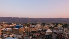 SonnenaufgangZeitspanne bei Pushkar, Rajasthan, Indien Tempel, Gebäude und ghats angesehen von oben stock footage