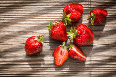 Sonnenbeschiene Erdbeeren Stockbilder