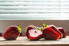 Sonnenbeschiene Erdbeeren Lizenzfreie Stockbilder